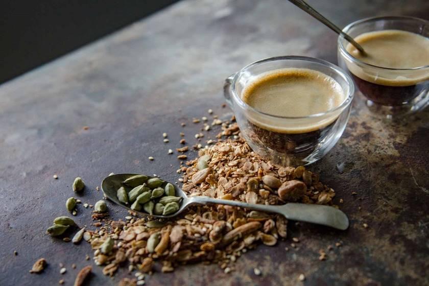 Чай с кардамоном: полезные свойства и противопоказания, рецепты, как заварить чай с кардамоном.